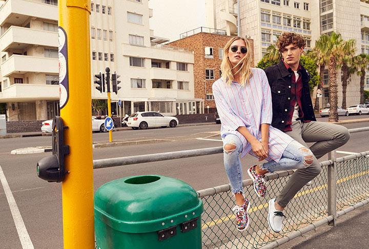 Damen Model mit Samt Grashopper und Herren Model mit Grashopper im Sneaker-Style