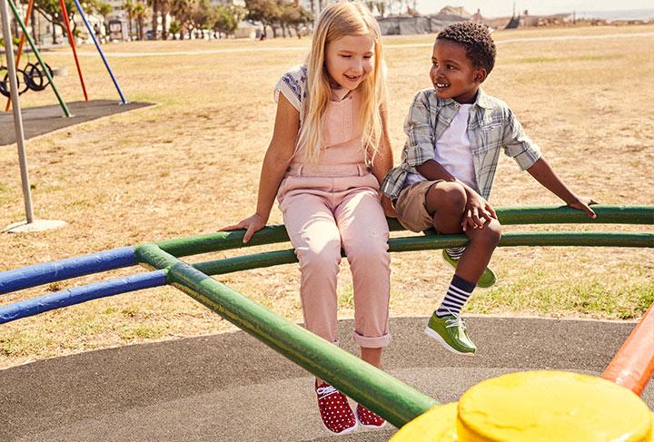 Mädchen-Grashopper mit Pünktchen und Jungen-Grashopper mit grünem Leder